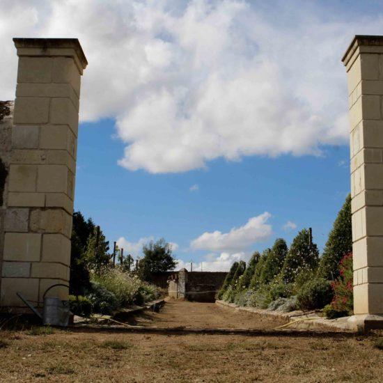 Photos du jardin potager de La Baronnière : les piliers d'entrée en tuffeau