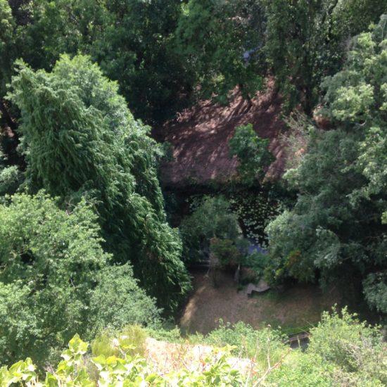 La rivière Èvre coule au pied de la grotte de Courossé