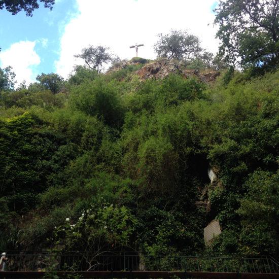 Le calvaire et la grotte dans le site classé de Courossé