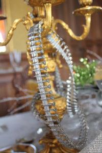 Les chandeliers sont habillés de chaînes de vis pour le Nouvel An à La Baronnière.