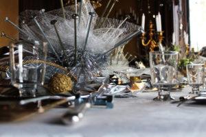 Pour ce Nouvel An mécanique à La Baronnière, des vis de charpente dorées et argentées sont utilisées pour faire des bouquets et des boulons servent de porte-couteaux.